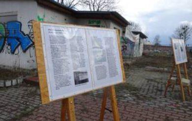 Ausstellungstafeln vor dem Gebäude