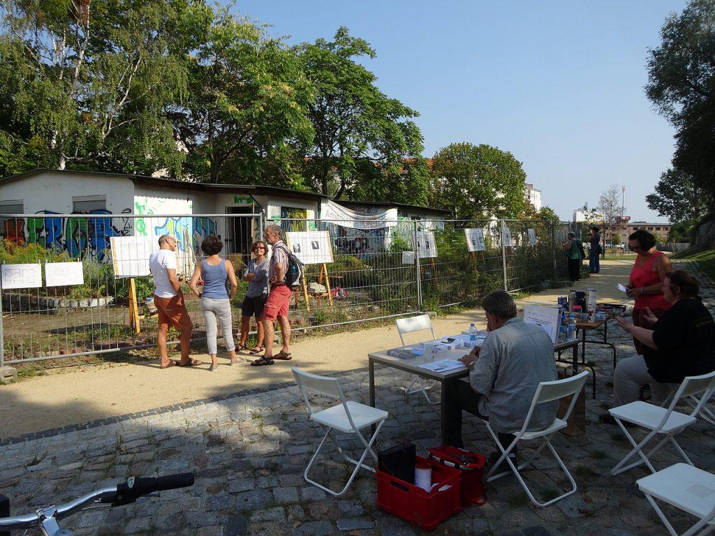 Besucher betrachten die Ausstellung