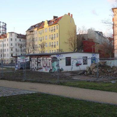 Bild Gebäude mit Gasometer im Hintergrund