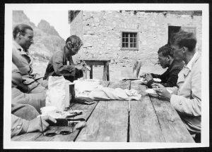 4 Männer beim Vesper vor einer Berghütte