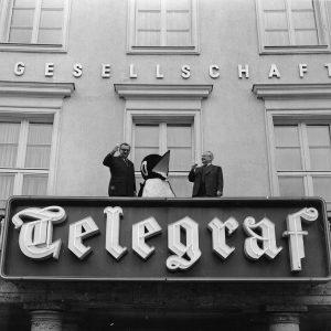 Auf dem Balkon des Verlagsgebäudes mit Sektgläsern