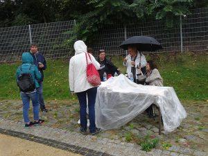Bücherstand mit Besuchern bei Regen
