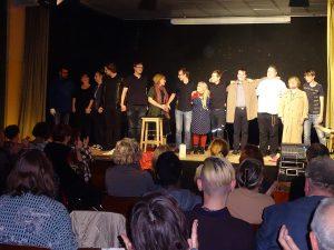 Die Schauspieler auf der Bühne