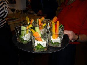 Tablett mit Dips und Gemüsesticks