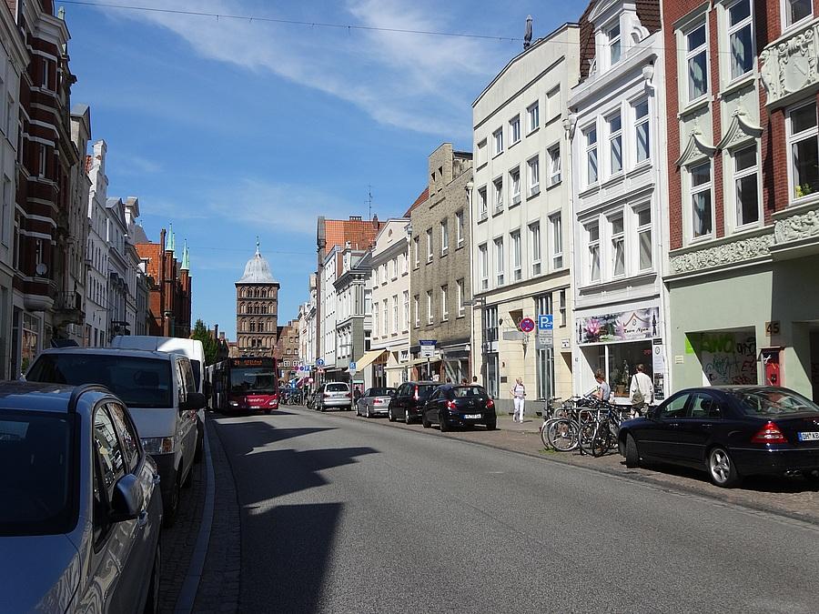 Straße mit Marsstall im Hintergrund