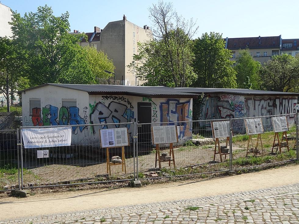 Gebäude, davor die Tafeln der Ausstellung