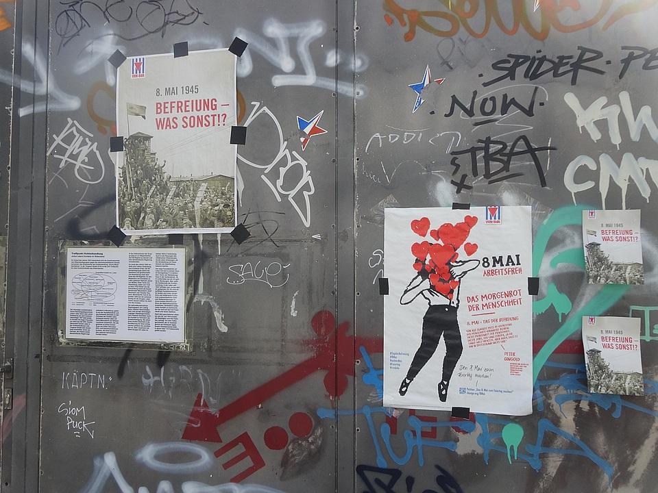 Tor der Kohlenhandlung mit Plakaten