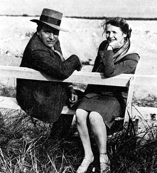 Julius und Annedore Leber sitzen zusammen auf einer Bank