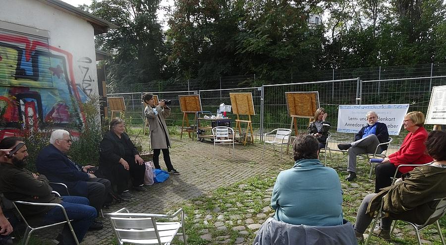 Teilnehmende der Pressekonferenz auf dem Gelände der Kohlenhandlung